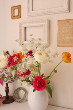 季節のお花を飾っています